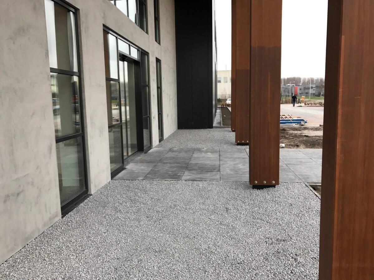 Bedrijfstuin Tuinaanleg hovenier Badhoevedorp grind betontegels